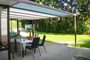 Überdachte Terrasse mit idyllischem Garten